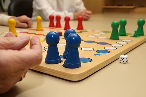 Senioren spielen ein Brettspiel