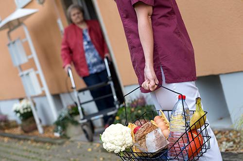 Haushaltshilfe kauft ein für Seniorin